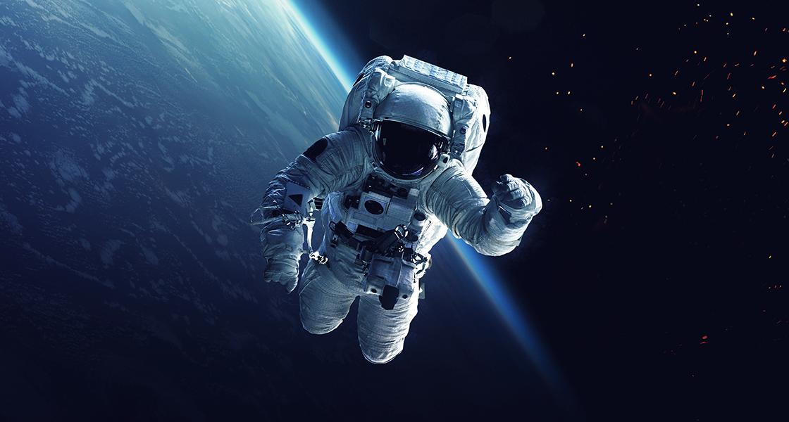 Astronaut und Space Shuttle in der Erdumlaufbahn